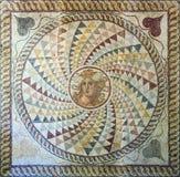 O assoalho de mosaico com cabeça de Medusa's encontrou no Zea, Piraeus, ANÚNCIO do século II imagem de stock royalty free