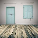 O assoalho e o vintage de madeira da prancha muram o tijolo com janela e porta - imagem de stock royalty free