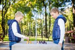 O assunto é crianças que aprendem, desenvolvimento lógico, matemática da mente, avanço dos movimentos do erro de cálculo Irmãos g fotos de stock royalty free