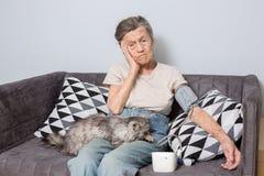 O assunto é pessoa muito idosa e problemas de saúde Uma mulher caucasiano superior, 90 anos idosos, com enrugamentos e cabelo cin fotos de stock