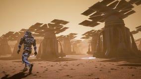 O astronauta atravessa na superfície de Marte uma tempestade da poeira após os painéis solares gigantes Paisagem panorâmico no ilustração royalty free