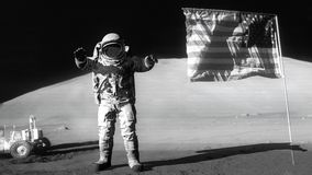 O astronauta que salta na lua e que sauda a bandeira americana Alguns elementos deste vídeo fornecido pela NASA ilustração stock