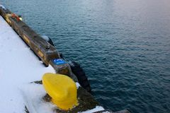 O atamento amarelo do navio contrasta a água fotos de stock