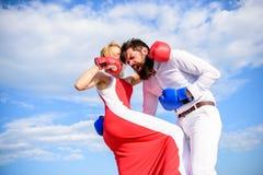 O ataque é a melhor defesa Defenda sua opinião na confrontação O homem e a mulher lutam o fundo do céu das luvas de encaixotament imagem de stock