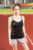 O athelete fêmea que está relaxado no campo de esportes que olha veio Fotografia de Stock Royalty Free