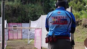 O atirador é treinado na carga no cartucho da bala do revólver filme