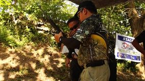 O atirador é treinado no cartucho da bala do rifle da carga vídeos de arquivo