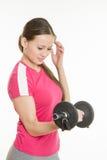 O atleta balança seu quilograma do caralho do peso dois do braço direito Imagens de Stock