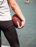O atleta com cotovelos quebrados mantém a bola Imagens de Stock Royalty Free