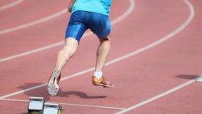 O atleta começa na distância à corrida no estádio filme