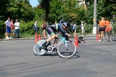 O atleta compete no componente do ciclismo durante a competição internacional do triathlon Fotos de Stock Royalty Free