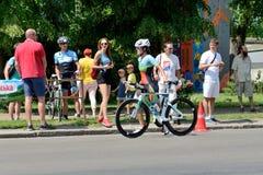 O atleta compete no componente do ciclismo durante a competição internacional do triathlon Fotos de Stock