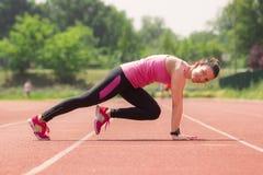 O atleta da menina empurra acima smilling Imagens de Stock