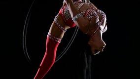 O atleta da menina executa a guita acrobática na aro do ar Fundo preto Movimento lento cloe acima video estoque