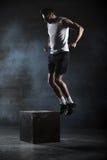 O atleta deu o exercício Salto na caixa fase Imagens de Stock Royalty Free
