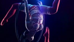 O atleta executa a guita acrobática na aro do ar Fundo preto do fumo Movimento lento cloe acima vídeos de arquivo