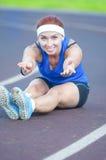 O atleta fêmea caucasiano During Body Stretching exercita fora fotos de stock