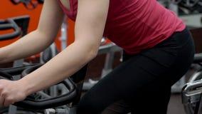 O atleta fêmea está no cardio- treinamento no clube desportivo vídeos de arquivo