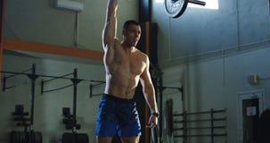 O atleta levanta a barra por uma mão vídeos de arquivo