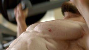 O atleta levanta um peso pesado vídeos de arquivo