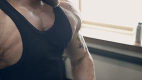 O atleta masculino que faz o peso do bíceps ondula no gym dentro video estoque