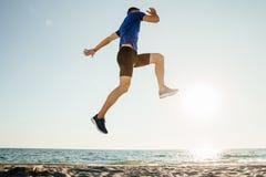 O atleta masculino salta acima e voo imagens de stock