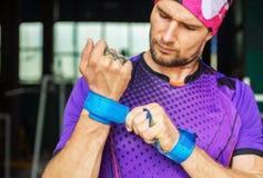 O atleta muscular novo do moderno põe apertos da proteção da palma sobre imagem de stock royalty free