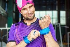 O atleta muscular novo põe apertos da proteção da palma sobre Sorriso imagem de stock