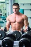 O atleta no gym imagens de stock