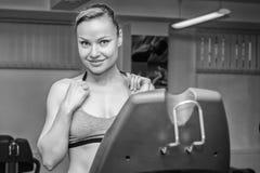 O atleta no gym foto de stock