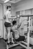 O atleta no gym fotografia de stock