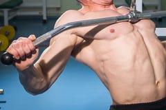 O atleta no gym Fotos de Stock Royalty Free