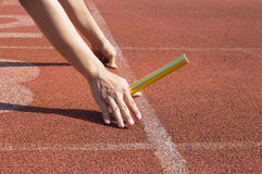 O atleta nos blocos começar, apronta-se para ir Foto de Stock Royalty Free