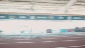 O atleta olímpico faz exercícios running vídeos de arquivo