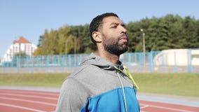 O atleta preto com uma barba em um terno dos esportes vai fora vídeos de arquivo