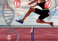 o atleta que salta o obstáculo com correntes do ADN imagens de stock