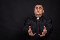 O ator joga o papel de um padre Foto de Stock