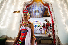 O ator novo veste-se acima para Kandy Esala Perahera Imagens de Stock