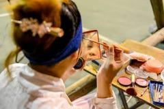 O ator tradicional da ópera está compondo na fase traseira Foto de Stock