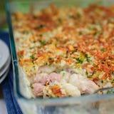 O atum, o alho-porro, Mornay e a massa alaranjada cozem (macarrão e o queijo) Imagem de Stock Royalty Free