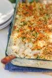 O atum, o alho-porro, Mornay e a massa alaranjada cozem (macarrão e o queijo) Fotografia de Stock Royalty Free