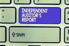 O auditor independente s do texto da escrita da palavra é relatório O conceito do negócio para analisa a contabilidade e práticas imagens de stock royalty free