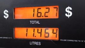 O aumento do custo de bombear o gás vídeos de arquivo