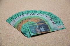 O australiano 100 dólares de contas em um fã dá forma Fotografia de Stock Royalty Free