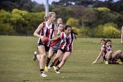 O australiano do jogo das jovens mulheres ordena o futebol Fotos de Stock Royalty Free