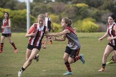 O australiano do jogo das jovens mulheres ordena o futebol Fotos de Stock