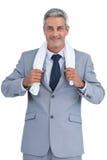 O auto assegurou o homem de negócios com a toalha branca em ombros Fotos de Stock