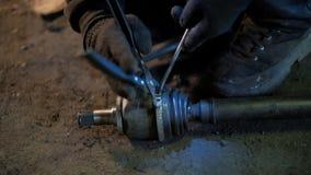 O auto mecânico na loja de reparação de automóveis suja repara o carro filme