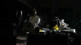 O auto mecânico prepara o café na garagem antes de começar o trabalho video estoque