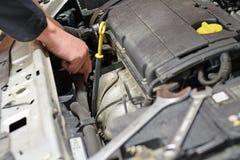 O auto mecânico repara o carro Imagens de Stock
